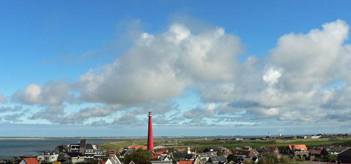 Foto van landschap met vuurtoren en wolken