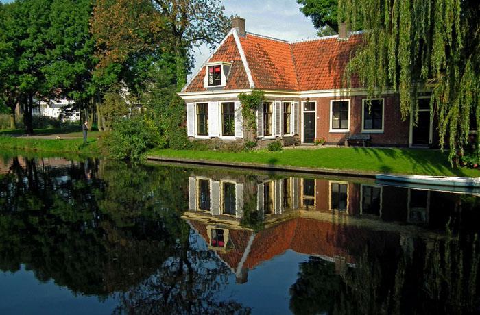 Foto van woning aan de waterkant
