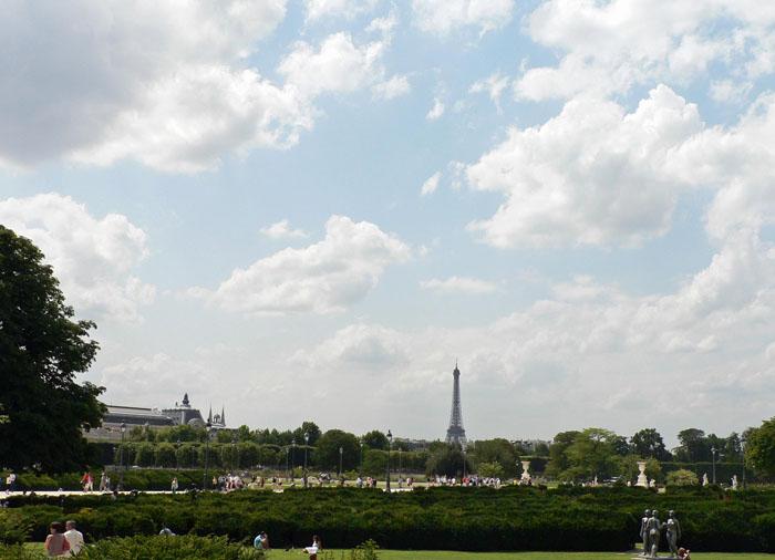 Foto van de Tuileries met Eiffeltoren en wolkenlucht