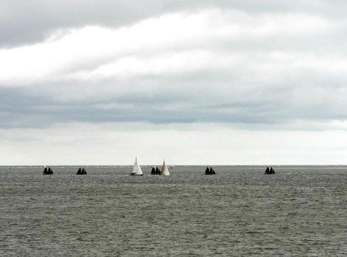 foto van zeilboten op zee onder wolkenlucht