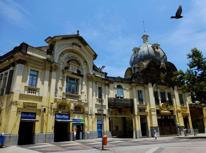Foto van gele gebouwen