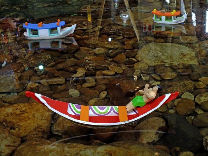 Foto van modellen van fleurige bootjes