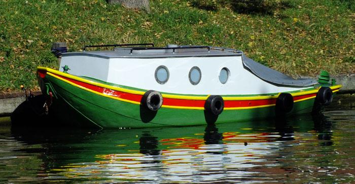 Foto van groen-geel-rood geschilderd bootje