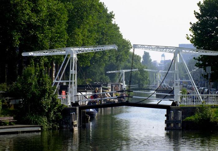 Foto van ophaalbruggen over de Leidse Rijn