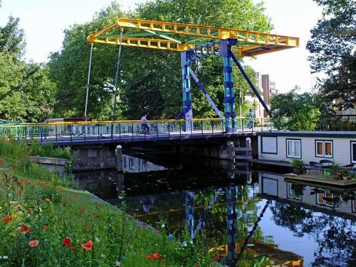 Foto van geel en blauwe ophaalbrug
