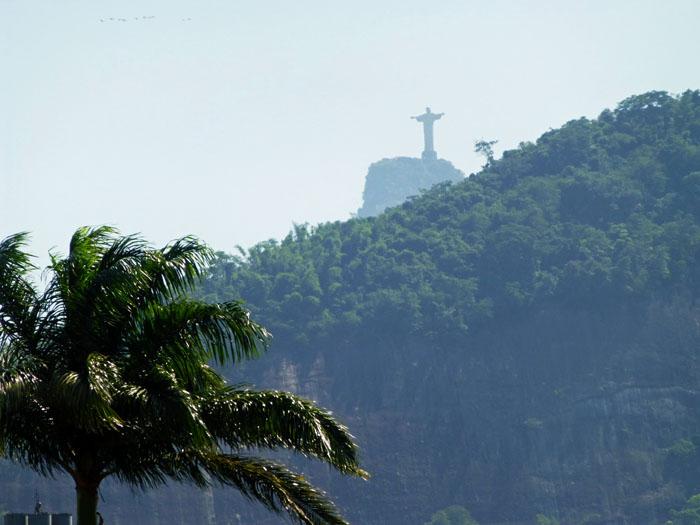Foto van Christusbeeld Rio de Janeiro in de verte