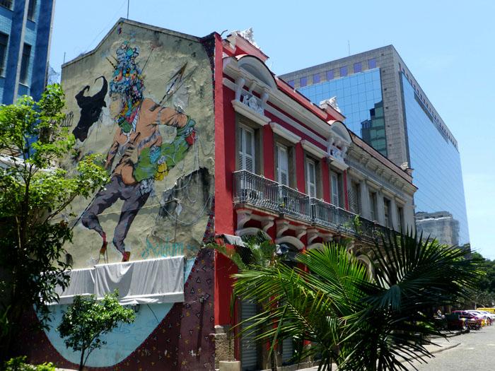 Foto van graffiti, koloniaal ebouw en modern gebouw