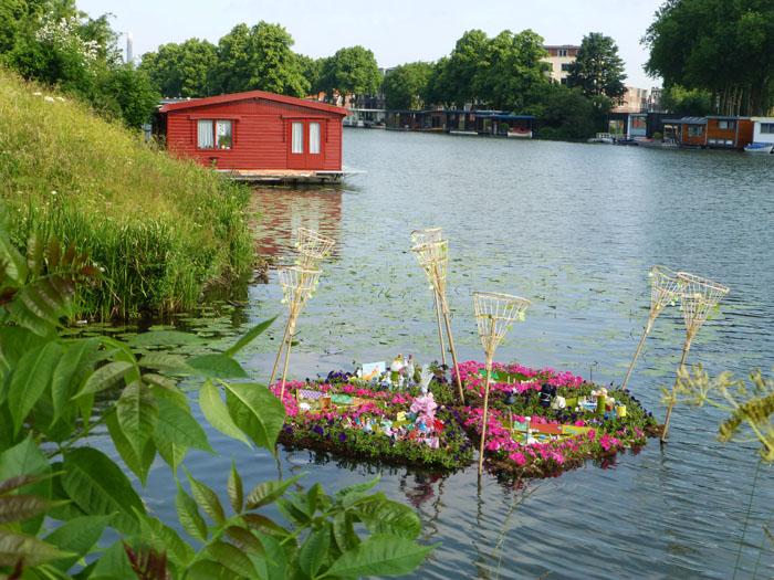 Foto van drijvend kunstwerk met planten en bloemen