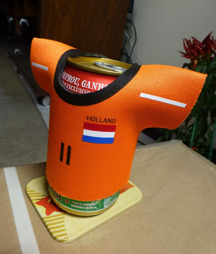 Fotovan blikje bier met oranje shirt