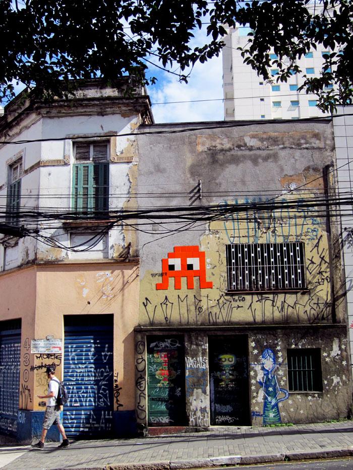 Foto van oud gebouw met graffiti
